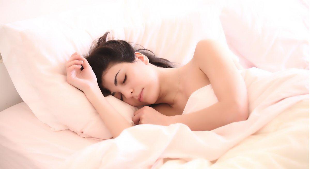 sms a přáníčka na dobrou noc, spokojená spící dívka